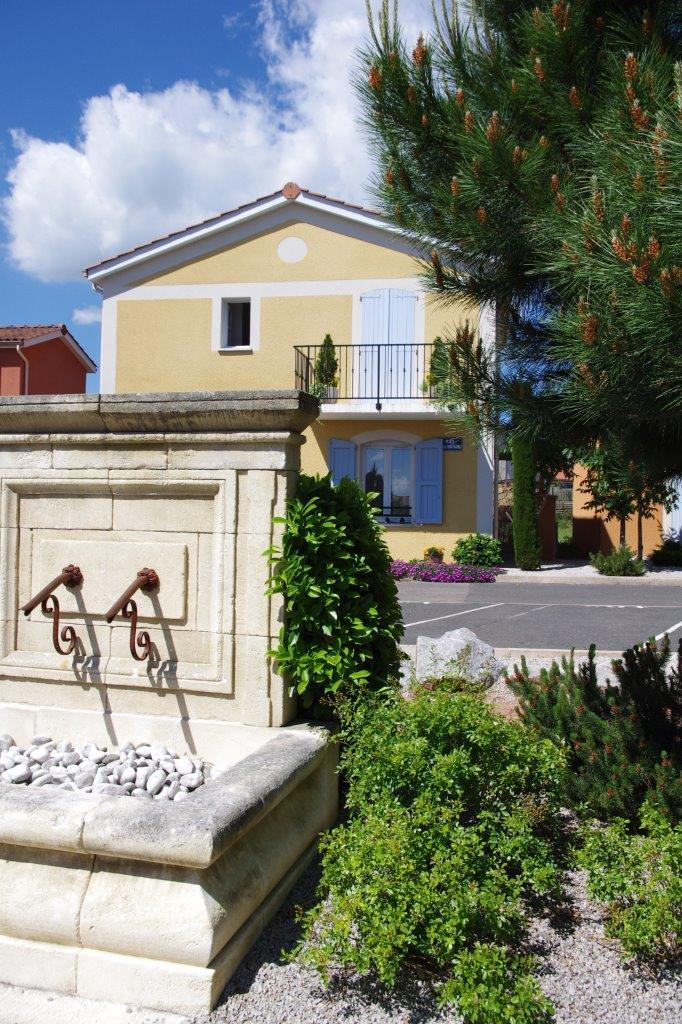 Vue depuis la fontaine sur une maison